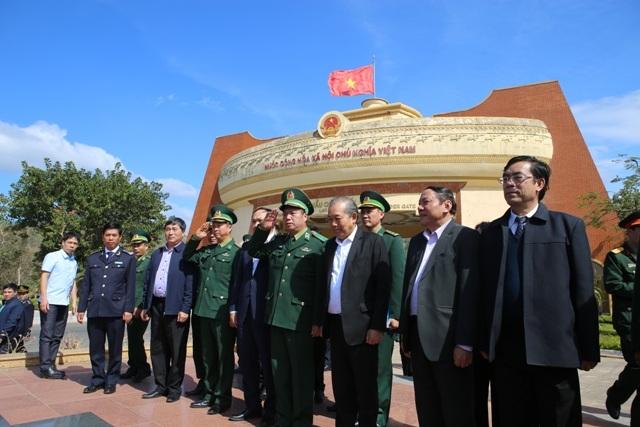 Phó Thủ tướng thăm đồn biên phòng, tặng quà cho người dân vùng biên giới - 5