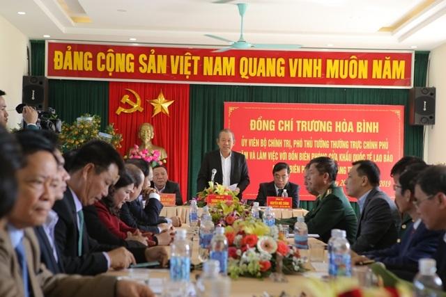 Phó Thủ tướng thăm đồn biên phòng, tặng quà cho người dân vùng biên giới - 2