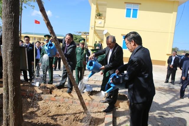 Phó Thủ tướng thăm đồn biên phòng, tặng quà cho người dân vùng biên giới - 4