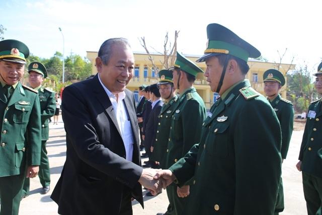 Phó Thủ tướng thăm đồn biên phòng, tặng quà cho người dân vùng biên giới - 1