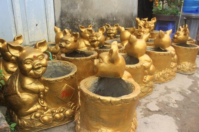 Mẫu chậu heo vàng Phúc - Lộc - Thọ này được anh Thắng tự tay thiết kế và đặt làm ở làng gốm Bát Tràng.