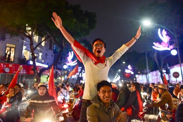Hồ Gươm đông nghịt người ăn mừng Việt Nam vào tứ kết Asian Cup - 8
