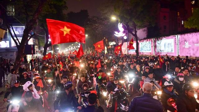 Hồ Gươm đông nghịt người ăn mừng Việt Nam vào tứ kết Asian Cup - 2