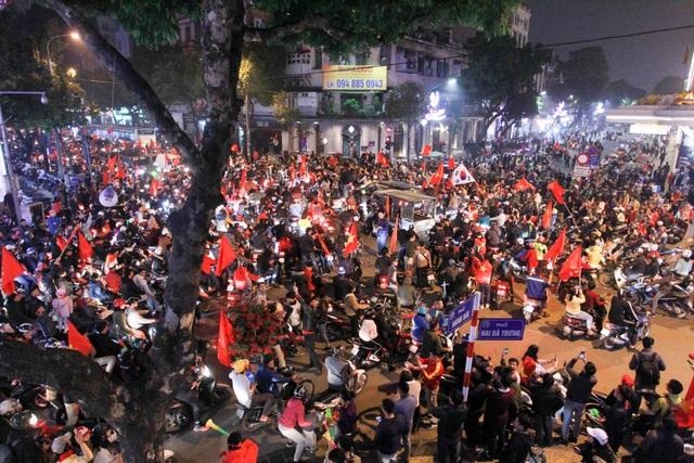 Hồ Gươm đông nghịt người ăn mừng Việt Nam vào tứ kết Asian Cup - 1