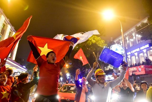 Hồ Gươm đông nghịt người ăn mừng Việt Nam vào tứ kết Asian Cup - 5