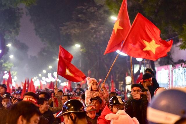 Hồ Gươm đông nghịt người ăn mừng Việt Nam vào tứ kết Asian Cup - 10