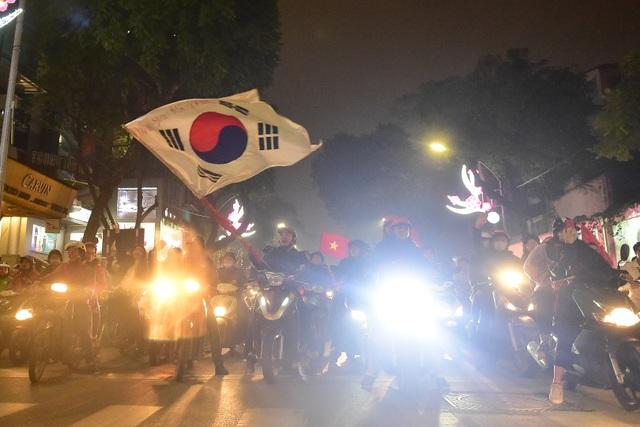 Hồ Gươm đông nghịt người ăn mừng Việt Nam vào tứ kết Asian Cup - 6