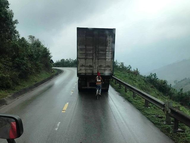 Lạnh người cảnh nữ sinh đi xe đạp bám thùng container để... vượt đèo - 2