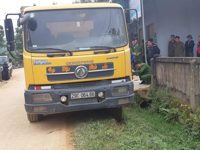 Xe tải trốn quốc lộ, chạy đường làng, cán chết bé 3 tuổi  - 3