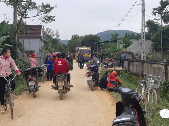 Xe tải trốn quốc lộ, chạy đường làng, cán chết bé 3 tuổi  - 1