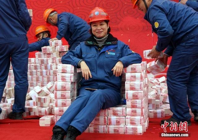 """Choáng ngợp """"núi tiền"""" công ty Trung Quốc thưởng tết cho nhân viên - 2"""