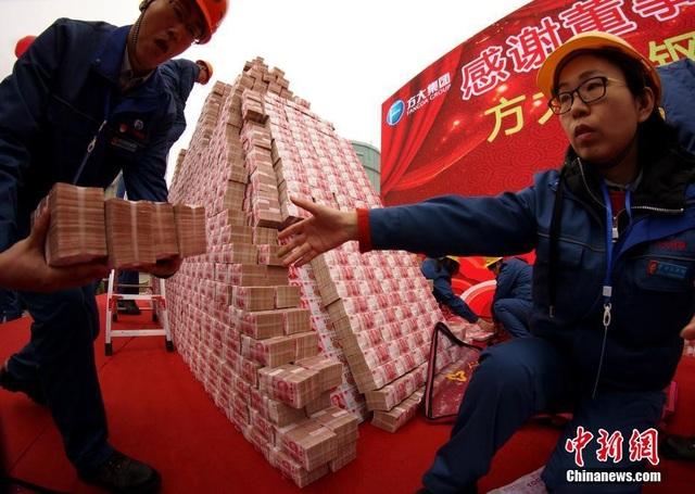 """Choáng ngợp """"núi tiền"""" công ty Trung Quốc thưởng tết cho nhân viên - 3"""
