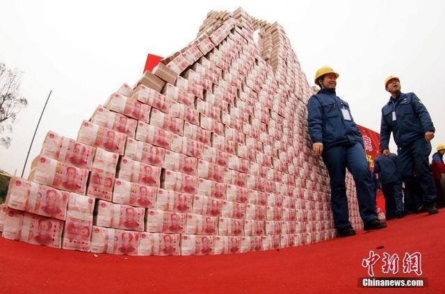 """Choáng ngợp """"núi tiền"""" công ty Trung Quốc thưởng tết cho nhân viên - 4"""