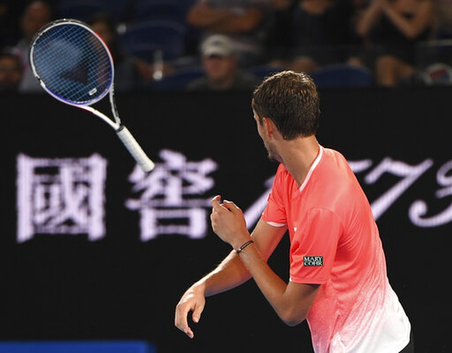 Australian Open: Djokovic, Serena Williams vào tứ kết - 1