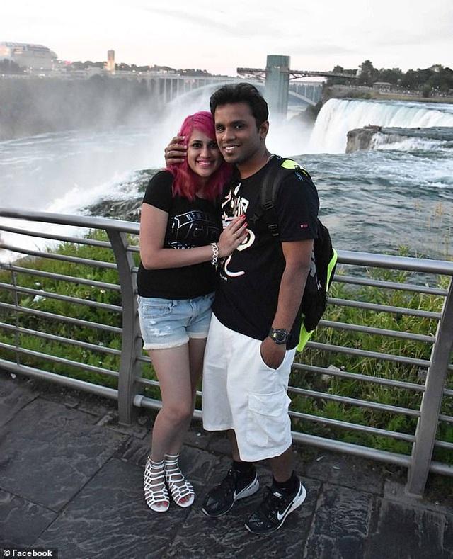 Cặp đôi blogger du lịch chết thảm vì mải chụp ảnh tự sướng - 1