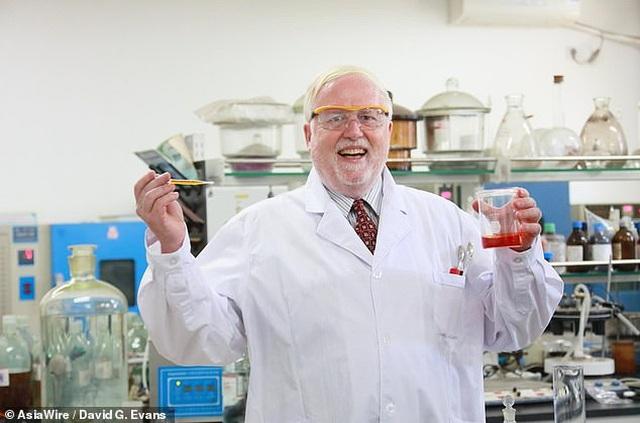 GS hóa học trở thành hiện tượng internet với những thí nghiệm độc đáo - 1