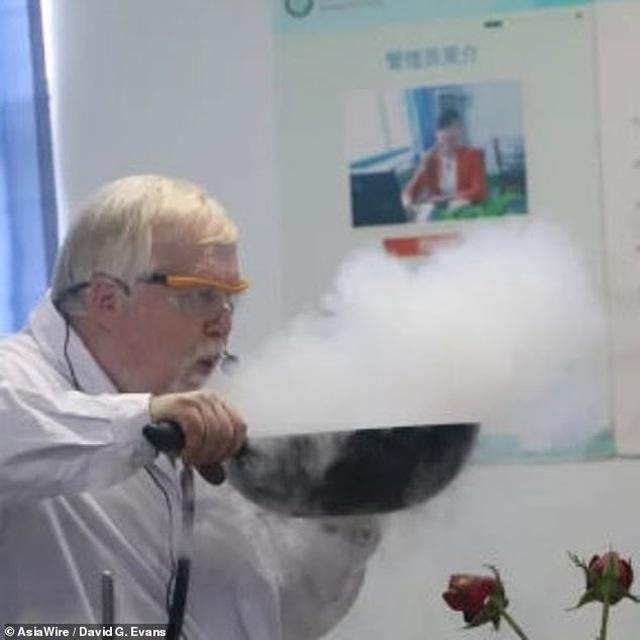 GS hóa học trở thành hiện tượng internet với những thí nghiệm độc đáo - 2