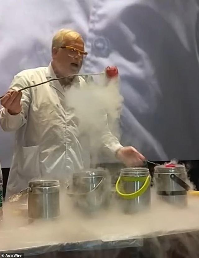GS hóa học trở thành hiện tượng internet với những thí nghiệm độc đáo - 5