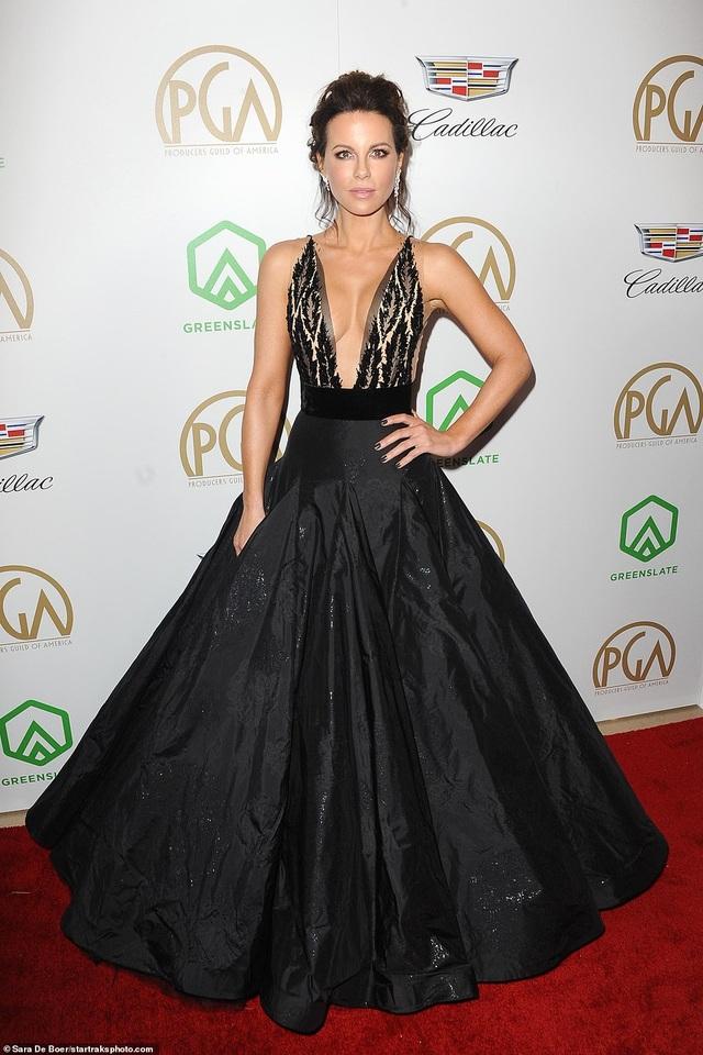 Kate Beckinsale khoe ngực căng tròn - 1