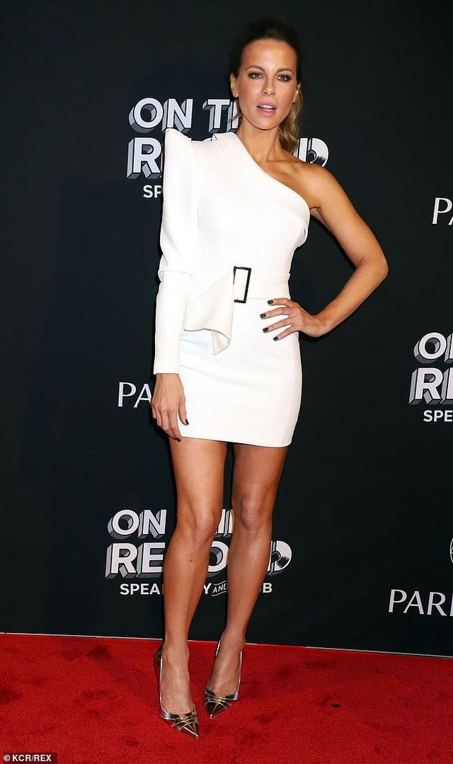 Kate Beckinsale khoe ngực căng tròn - 5
