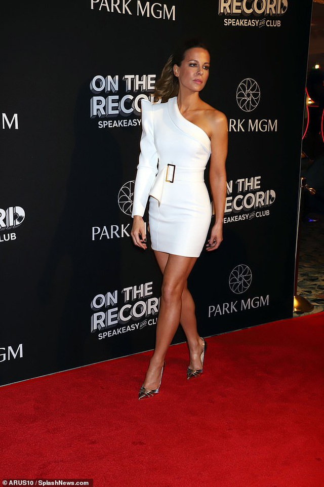 Kate Beckinsale khoe ngực căng tròn - 6