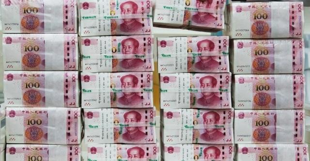 Công ty Trung Quốc xếp tiền thành núi để thưởng đều cho khoảng 5.000 nhân viên.