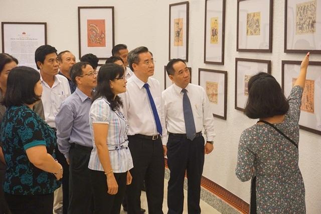 Các đại biểu cùng xem tranh tại triển lãm.