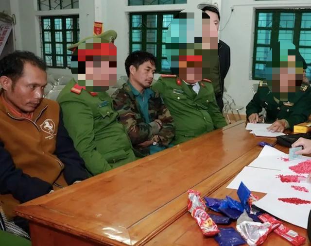 Bắt tại trận 2 đối tượng người Lào đang giao dịch hơn 2.000 viên ma túy  - 1