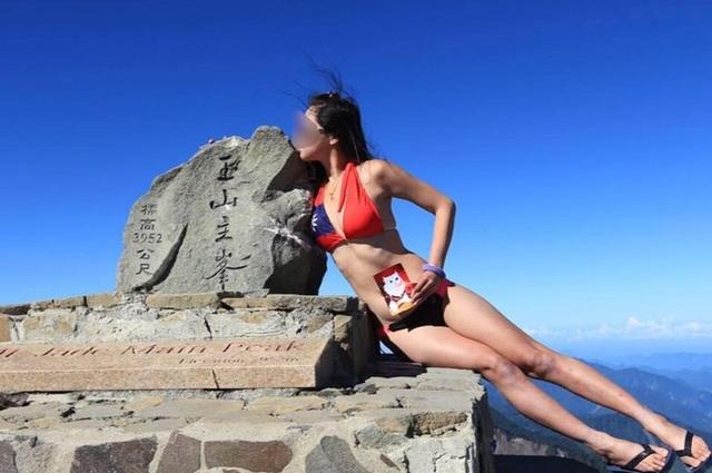 Cô gái chết cóng vì mặc bikini leo núi - 1