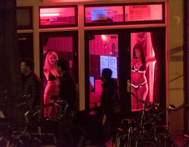 """Gái mại dâm khốn khổ vì khách du lịch thích chụp hình """"tự sướng"""" ở phố đèn đỏ - 1"""
