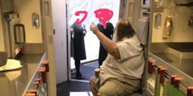 Nữ tiếp viên hàng không tố cáo bị hành khách nam bắt cởi giúp đồ lót - 2