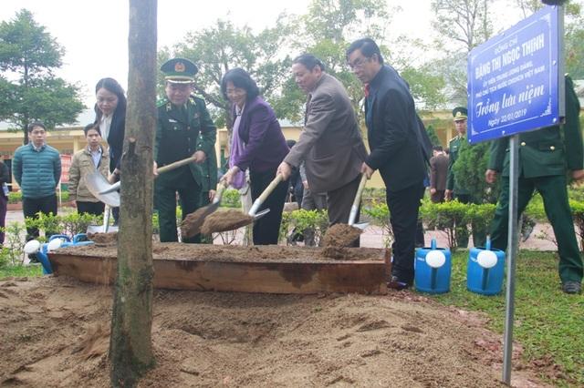 Phó Chủ tịch nước trao quà Tết cho người dân vùng biên giới Quảng Trị - 4