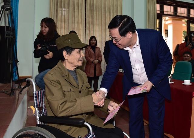 Phó Thủ tướng Vương Đình Huệ tặng quà Tết người có công, hộ nghèo tại Bắc Giang - 1