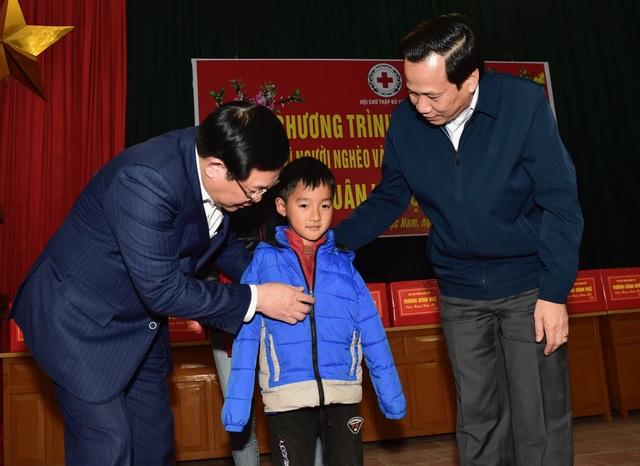 Phó Thủ tướng Vương Đình Huệ tặng quà Tết người có công, hộ nghèo tại Bắc Giang - 3