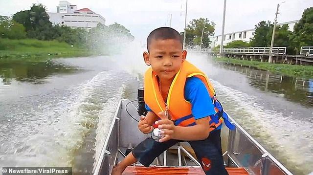 Thái Lan: Cậu bé 5 tuổi tự lái xuồng máy tới trường - 1