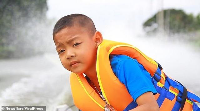 Thái Lan: Cậu bé 5 tuổi tự lái xuồng máy tới trường - 2