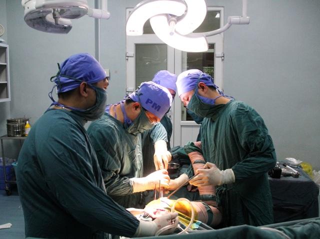 Anh Trần Quốc Long được phẫu thuật thay khớp miễn phí  - 2