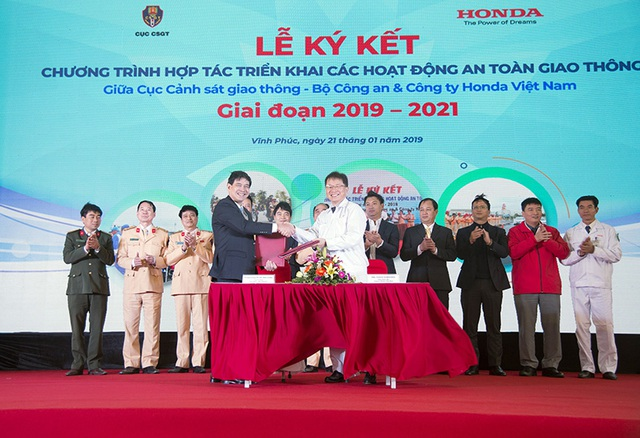 4. Đại diện Cục CSGT - Bộ Công an và Công ty HVN ký kết triển khai hoạt động LXAT giai đoạn 2019 - 2021.jpg