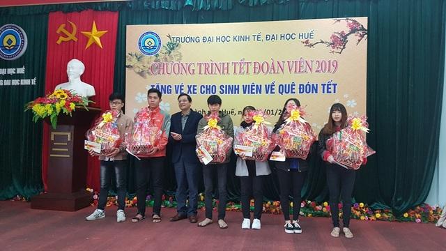 DH Kinh te Hue tang ve xe cho sinh vien ve an Tet 3.jpg