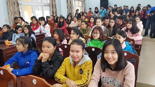DH Kinh te Hue tang ve xe cho sinh vien ve an Tet 4.jpg