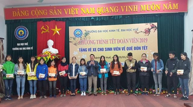 DH Kinh te Hue tang ve xe cho sinh vien ve an Tet 7.jpg