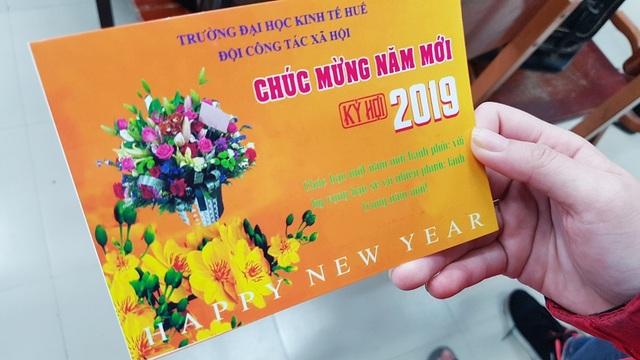 DH Kinh te Hue tang ve xe cho sinh vien ve an Tet 8.jpg