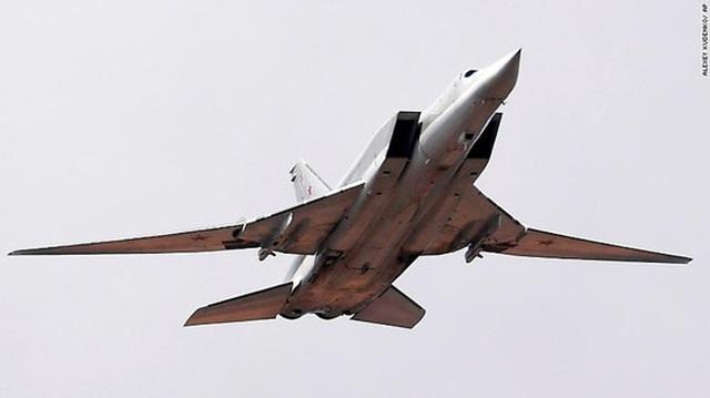 Máy bay ném bom Nga vỡ nát trên đường băng, 3 người thiệt mạng - 1
