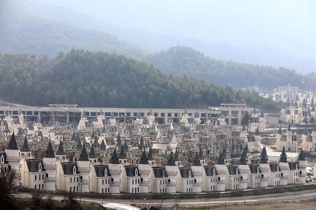 Xót xa làng biệt thự 200 triệu USD tuyệt đẹp bị bỏ hoang - 4