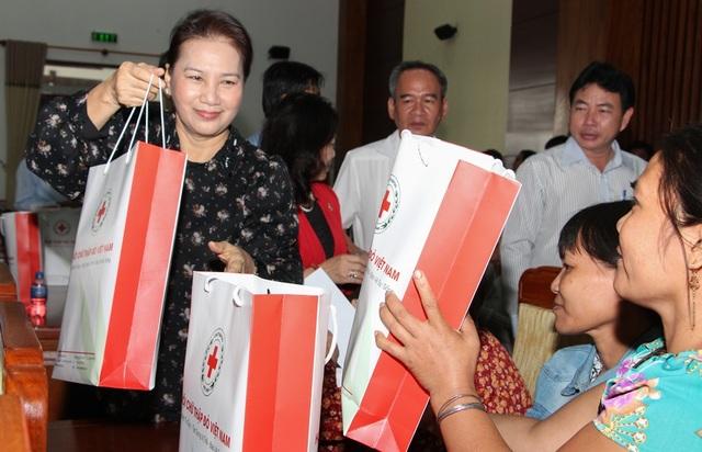 Chủ tịch Quốc hội thăm, tặng quà tết tại Hậu Giang - 2