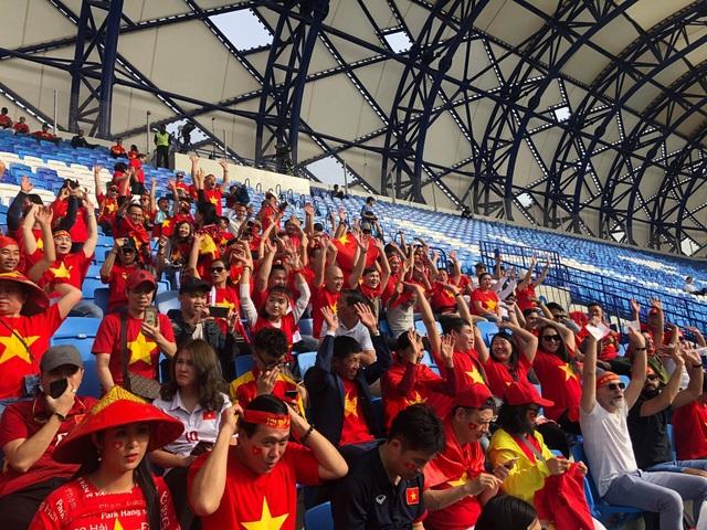 Cổ động viên Việt Nam nhuộm đỏ sân Al Maktoum - 11