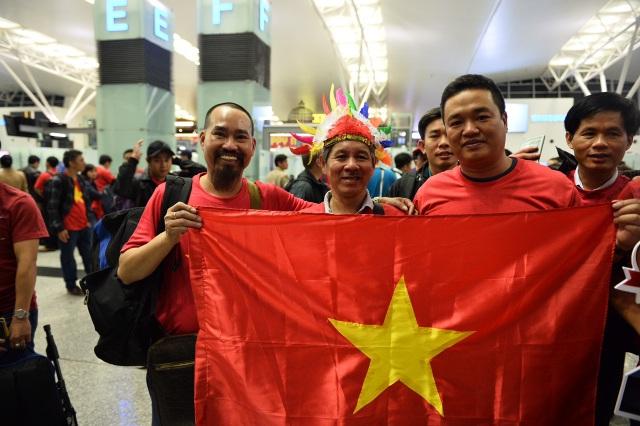 Cổ động viên mang cúp vàng sang Dubai tiếp lửa đội tuyển Việt Nam - 8