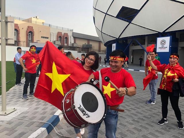 Cổ động viên Việt Nam nhuộm đỏ sân Al Maktoum - 8