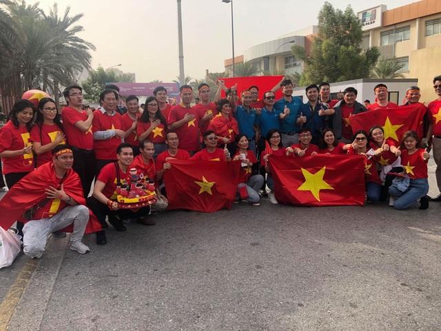 Cổ động viên Việt Nam nhuộm đỏ sân Al Maktoum - 10