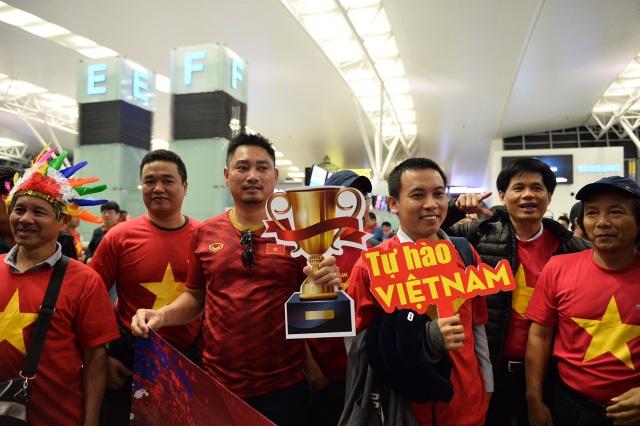 Cổ động viên mang cúp vàng sang Dubai tiếp lửa đội tuyển Việt Nam - 7